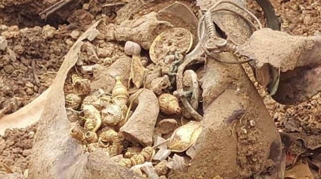 মাটি খুঁড়ে প্রাচীন রাজবংশের গহনা উদ্ধার