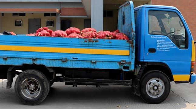 টিসিবির ১৫০০ কেজি পেঁয়াজ সরিয়ে গোপনে বিক্রির চেষ্টা!
