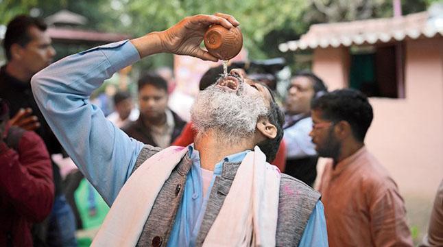 দিল্লিতে করোনা রোধে 'গোমূত্র পার্টি'!