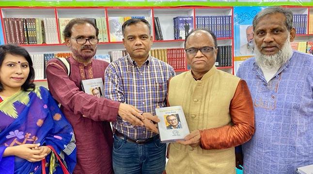 'আমার শিক্ষক'বই হাতে জাতীয় প্রেসক্লাব সভাপতি