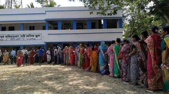 রেকর্ড সংক্রমণেও পশ্চিমবঙ্গে ভোটগ্রহণ চলছে