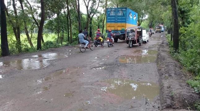 ঝিনাইদহে রাস্তায় পিচের বদলে ইটের সলিং, ঘটছে দুর্ঘটনা