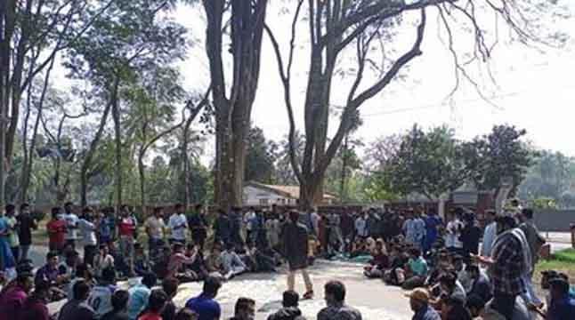 হল-ক্যাম্পাস খোলার দাবিতে রাবি শিক্ষার্থীরা আন্দোলনে